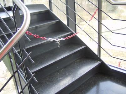 Polissage et traitement d'une cage d'escalier en pierre bleue